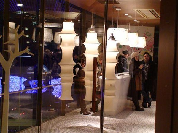 140midtown-時尚設計的吸菸室.JPG