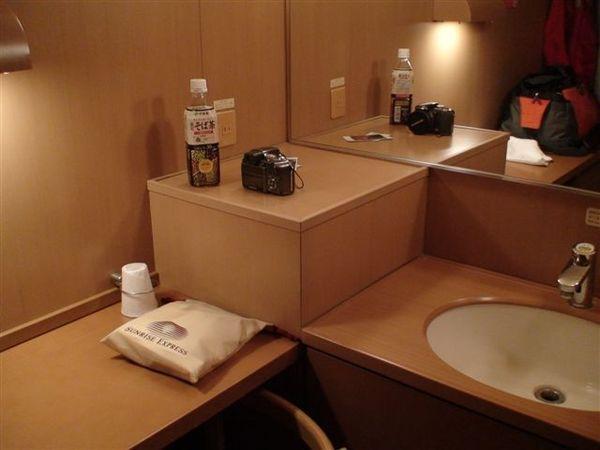 177日出號頂級單人房洗面台.JPG