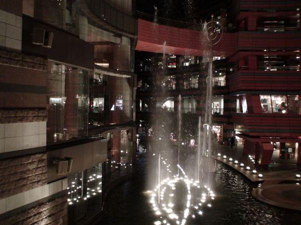 627凱悅飯店外的水舞.JPG
