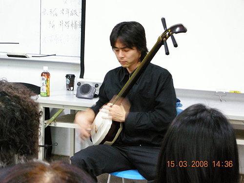 演奏中的小比田老師