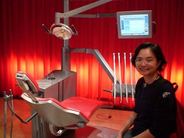 丹麥設計中心展示2007年得獎的牙科座椅.JPG