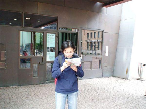 在郵局前面找地圖.JPG