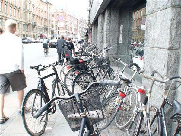 哥本哈根市民超愛騎單車.JPG