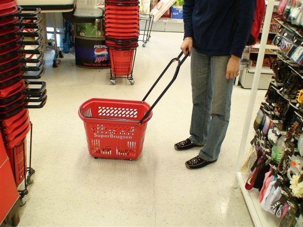 超市有輪子的籃子.JPG