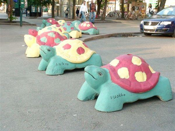 廣場前的彩色烏龜.JPG