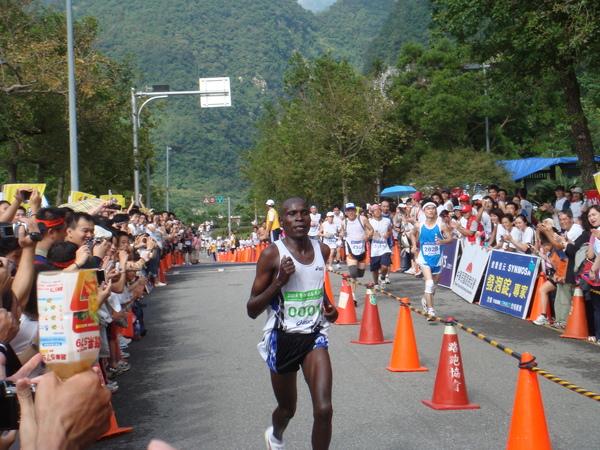 第一名的肯亞選手跑過終點