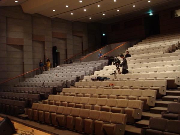 另一邊的觀眾席(老師躲在最左邊,看到了嗎?)