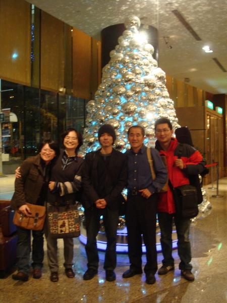 唱完歌在聖誕樹前合照2