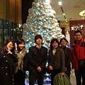 唱完歌在聖誕樹前合照1
