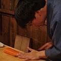 正在料理生魚片的師傅
