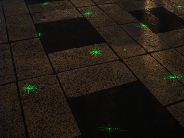 投射在地上的雷射燈光
