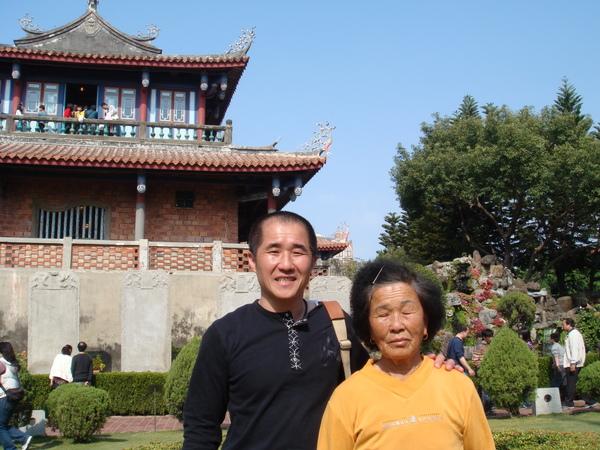 台南赤崁樓母子合照