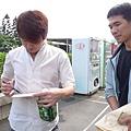 健一幫小劉簽名(在桐板上)