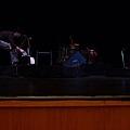 即將開演前的舞台--黑暗中發出光芒的三味線