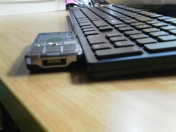 6401跟手機比厚度2.JPG