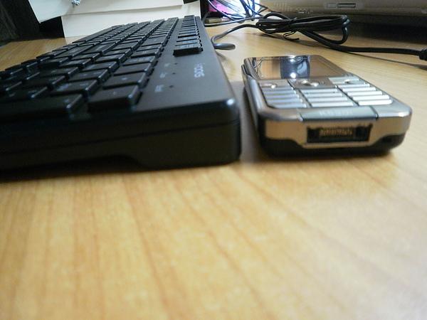 6401跟手機比厚度1.JPG