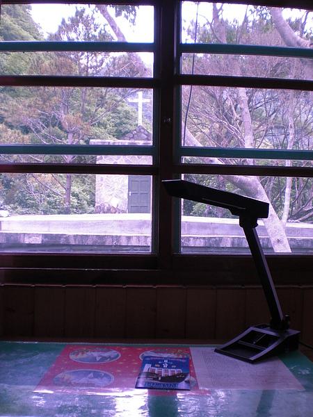面對著禮拜堂的書桌