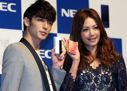 NEC携帯09年冬モデル発表会に登場  2.JPG