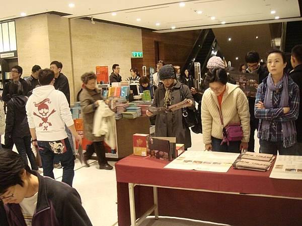 15_書店的民眾也被吸引過來了.JPG