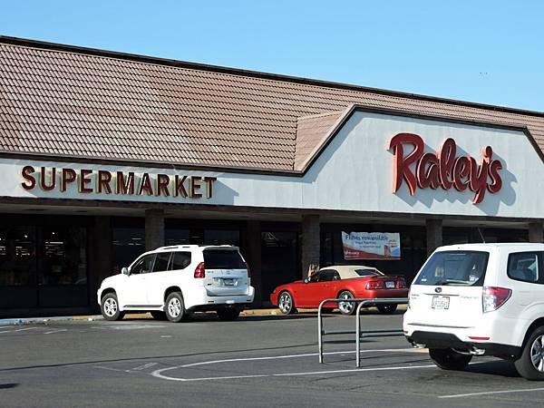 車行佛雷斯諾-休息站RALEY'S超市.JPG