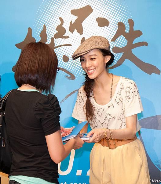 機不可失影展大使范瑋琪親手將首賣套票遞給觀眾.jpg