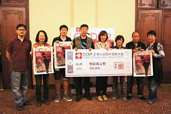 CNEX執行長蔣顯斌(左一)、CNEX營運長陳玲珍(右一)與本屆提案大會得奬者合影.jpg