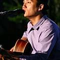 吳志寧專注的眼神和歌聲