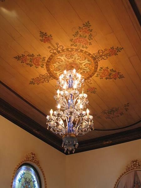 星巴克咖啡一樓的天花板弔燈