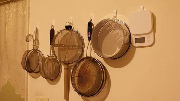 掛半面牆的烘焙工具