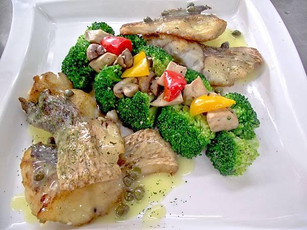 嫩煎鱸魚佐義式烤蔬菜