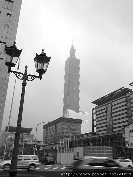 濃霧中的尖塔