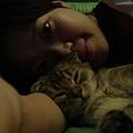 COLA最喜歡枕著媽咪睡覺