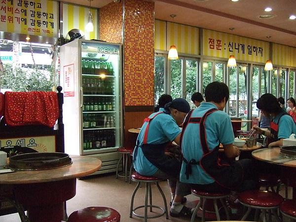 店員們也在吃飯。