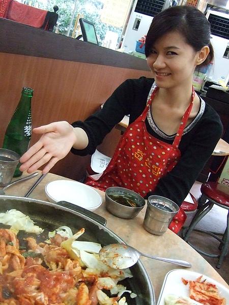 v小姐熱情推薦著春川辣炒雞排。