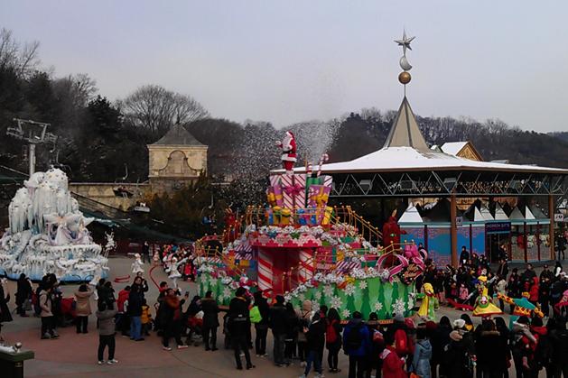 超盛大的白色聖誕遊行