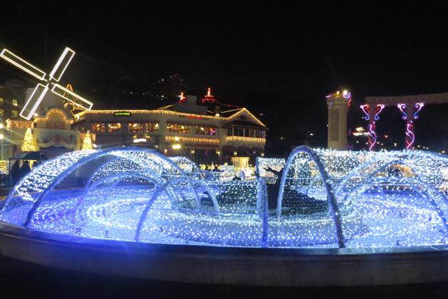 噴泉式的燈光水池