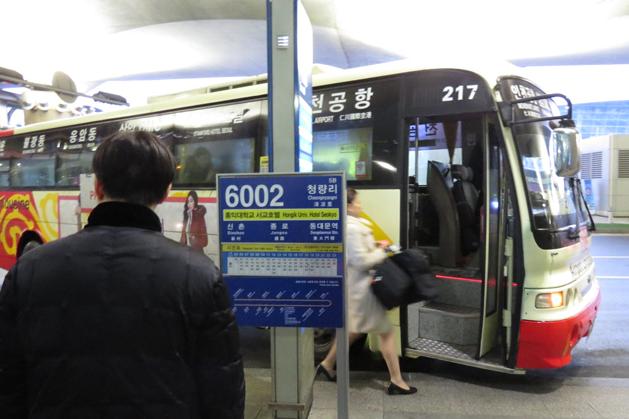 準備搭乘 6002 號機場巴士至新村站