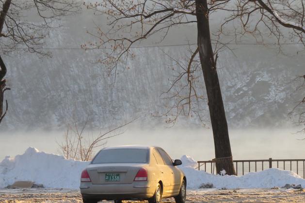 南怡島湖面結冰前蒸發的景色