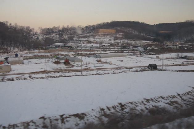 從ITX火車窗外看到很荒涼的郊區