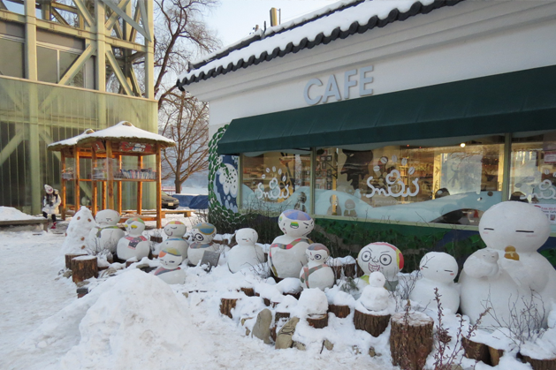 一整排超俏皮的雪人們