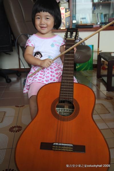 我要拉大提琴!吉他當大提琴,竹子當弓