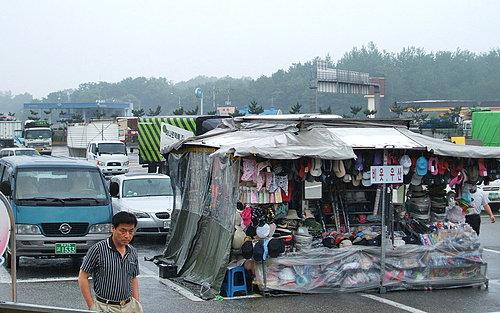 高速公路的休息站,攤販就這樣做起生意了