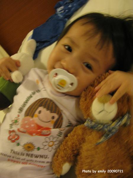 姊姊抱著熊熊兔兔裝可愛!
