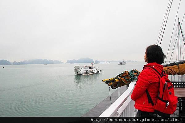 在起霧的早晨,遙望美麗的下龍灣,加上在船上的時光過得特別快,就快回到陸地上 再好好欣賞欣賞下龍灣美麗的景色
