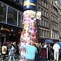 柱子上貼滿了傳單!