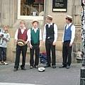 四個人就這樣在街上唱起來了
