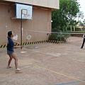 學長跟團長夫人打羽毛球
