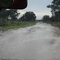 回程下大雨,水淹到車前蓋