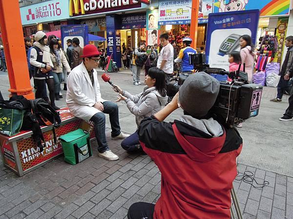台視新聞採訪,醫師兼街頭藝人
