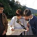 日本遊客查看地圖找尋現在位置